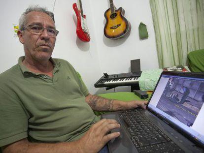 Daniel Eustáquio mostra imagem do local onde seu filho foi assassinado por PMs, em São Paulo.