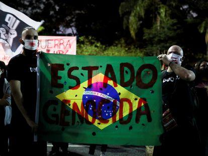 Protestantes mostram cartaz após chacina no Jacarezinho, no dia 8 de maio.