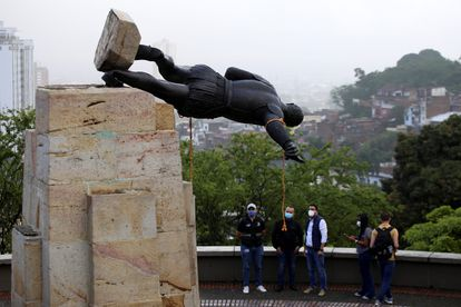 A estátua de Sebastián de Belalcázar, um conquistador espanhol do século XVI, jaz depois de ter sido derrubada por indígenas em Cali, na Colômbia.