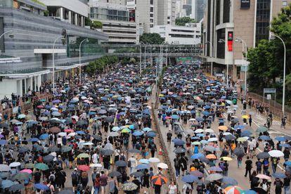 Manifestantes prodemocracia marcham neste sábado pelo centro de Hong Kong.