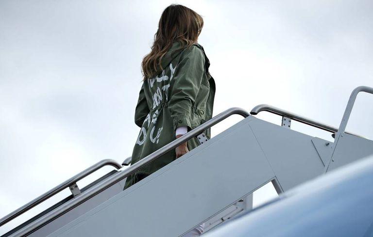 """Melania Trump embarca para viajar ao Texas usado um casaco com a frase """"eu realmente não me importo, você se importa?""""."""
