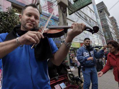 O músico Andrés Ruiz e o advogado Darwin Gavidia tocam em Lima.