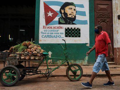 Homem usa máscara contra o coronavírus em Havana, na última quarta-feira.