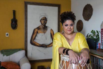 Fabiana Cozza na sala de seu apartamento, em São Paulo, em foto feita após a renúncia ao papel de Dona Ivone Lara no musical