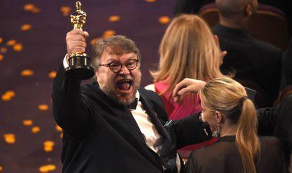 O mexicano Guillermo del Toro com seu Oscar de melhor diretor.