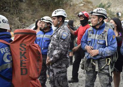 As equipes de resgate, na colina de Catequilla.