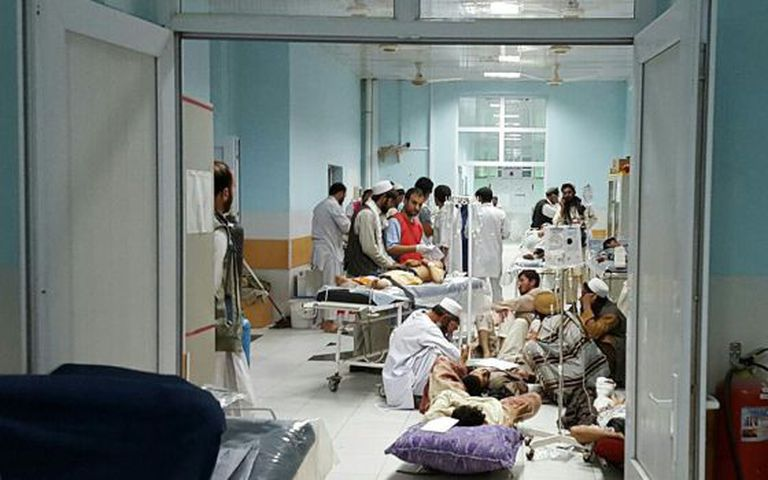 Profissionais do MSF tratam as vítimas afegãs de um ataque do Talibã no hospital de Kunduz afetado pelo bombardeio este sábado
