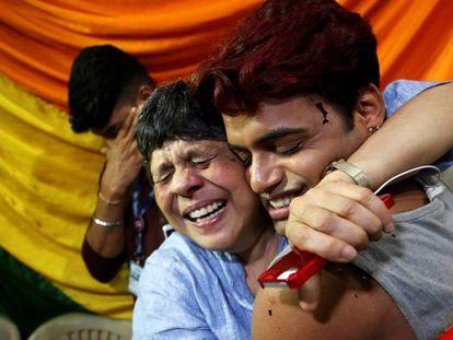 Membros da comunidade LGTBI comemoram em Bombay a despenalização da homossexualidade na Índia