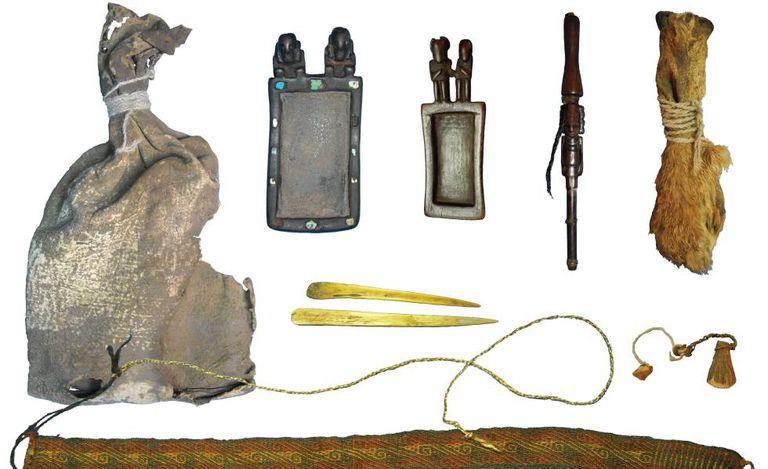 Pacote ritual com diversos objetos para consumir estupefacientes utilizados há mais de mil anos na atual Bolívia