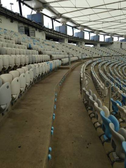 Dezenas de cadeiras foram arrancadas e armazenadas como escombros.