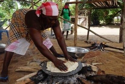 As mulheres usam a mandioca tradicionalmente para cozinhar e sabem prepará-la de várias maneiras.