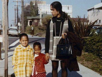 Kamala Harris (à esquerda), sua irmã mais nova, Maya, e a mãe delas, Shyamala Gopalan, em 1970.