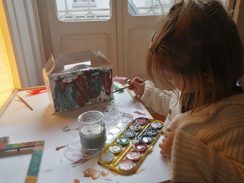 Alice pintando na casa da mãe, Madalena, em Lisboa.