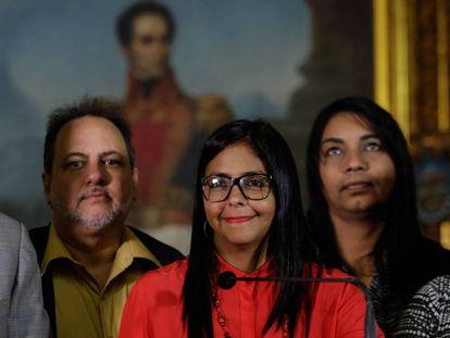 A presidenta da Assembleia Nacional Constituinte, Delcy Rodríguez, no sábado junto a membros da Comissão da Verdade.