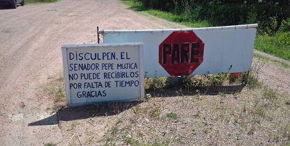O alerta na estrada que dá acesso à propriedade de Mujica.