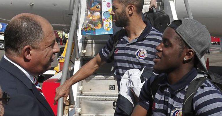 Solís recebe a seleção da Costa Rica no aeroporto de San José.