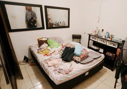 Operação policial na casa onde a menina de 12 anos foi estuprada no Rio.