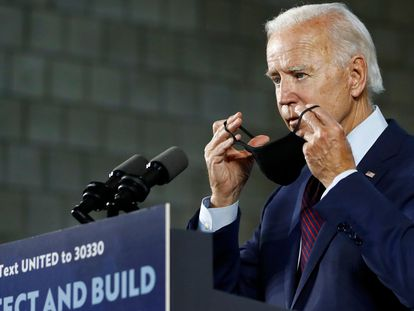 Joe Biden coloca uma máscara na quarta-feira após acabar sua fala em um comício em Lancaster (Pensilvânia).