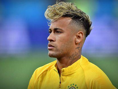 Neymar chamou atenção pelo penteado na estreia do Brasil contra a Suíça.
