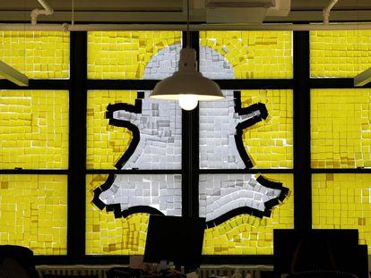 Logo do Snapchat feito com post-its em uma redação de Nova York.