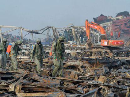 Trabalhadores tentam descontaminar zona afetada por explosões em Tianjin.