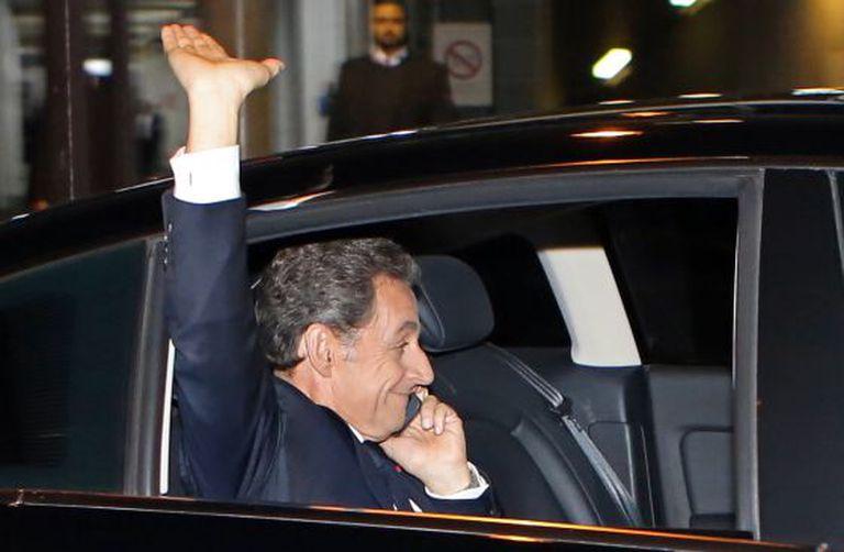 Ex-presidente Sarkozy na saída de uma entrevista com a emissora France 2, no domingo, em Paris. / Remy de la Mauviniere (AP)