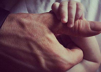 A imagem mais terna que Ryan Reynolds compartilhou até a data. Nela, sua filha James aparece agarrando a mão do ator.
