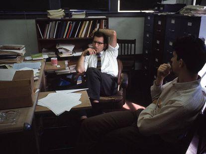 Noam Chomsky fuma um cachimbo em seu escritório do MIT, em 1969.