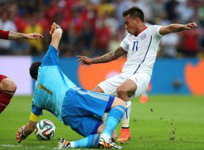 Vargas, em uma dividida com Casillas.