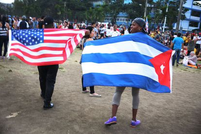 Bandeiras dos EUA e Cuba no show dos Rolling Stones em Havana.