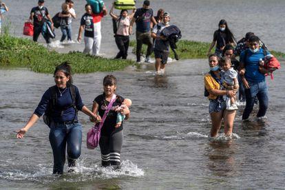 Famílias venezuelanas atravessam o rio Grande, na quarta-feira, 26 de maio.
