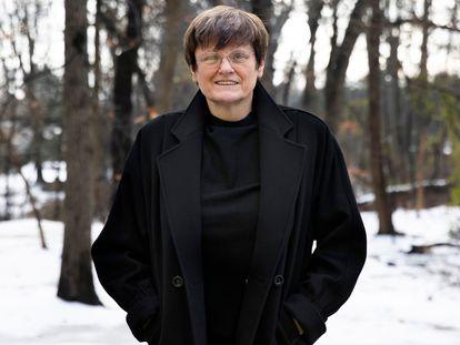 Katalin Karikó, pioneira das vacinas de RNA, no jardim de sua casa em Filadélfia, em 22 de dezembro.