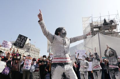 Peruanos protestam contra a decisão do Congresso de destituir o ex-presidente Martín Vizcarra. Lima, novembro de 2020.