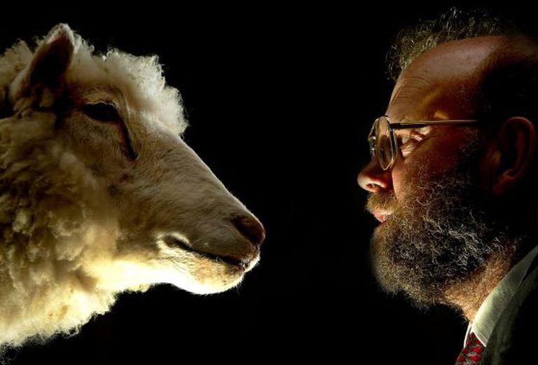 O cientista Ian Wilmut e a ovelha Dolly.