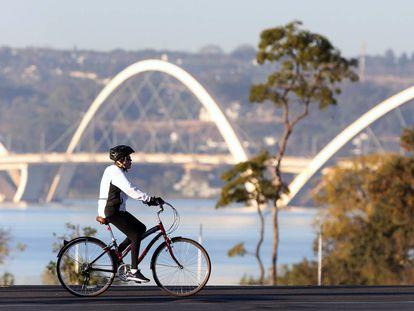 Dilma anda de bicicleta em Brasília, próximo ao Palácio do Alvorada, no último dia 3, às vésperas do início dos jogos.