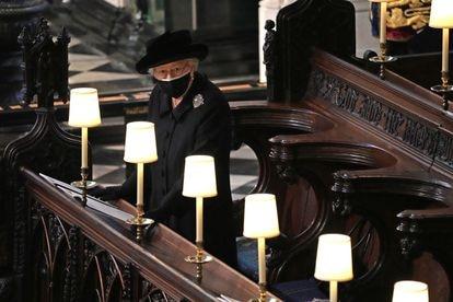 Elizabeth II durante o funeral de seu marido, Philip de Edimburgo, em 17 de abril, na Capela de Saint George.