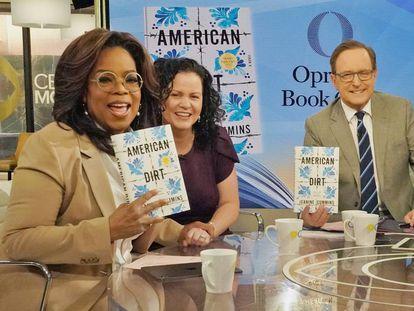 Oprah Winfrey (à esquerda), com o livro 'American Dirt'. Ao seu lado, a autora, Jeanine Cummins