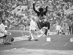 João Carlos de Oliveira, durante su participación en los Juegos Olímpicos de Moscú en 1980. El árbitro sentado a su derecha es Robert Zotko.