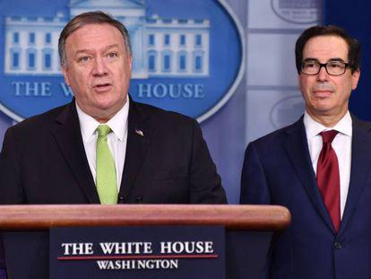 Mike Pompeo, à esquerda, e Steven Mnuchin na entrevista coletiva desta sexta-feira na Casa Branca.