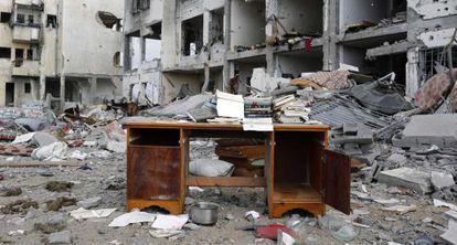 Uma escrivaninha nos escombros de um prédio bombardeado na Faixa de Gaza.