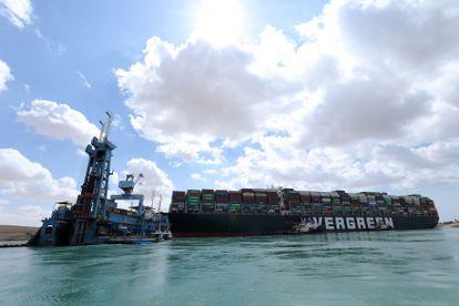 O navio 'Ever Given', encalhando no canal de Suez, na sexta.