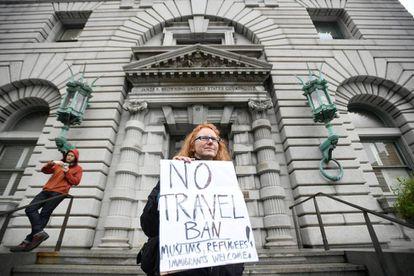 Mulher protesta contra Trump em frente a Corte de Apelações de San Francisco.