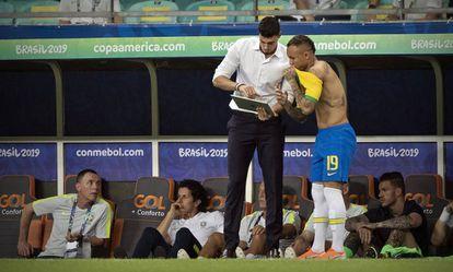 Matheus Bachi, filho de Tite, é um dos auxiliares da seleção brasileira.
