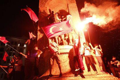 Manifestantes participam de protesto contra o fracassado golpe de Estado na Turquia.