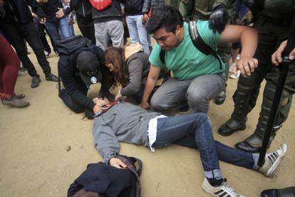 Estudantes tentam socorrem jovem baleado.