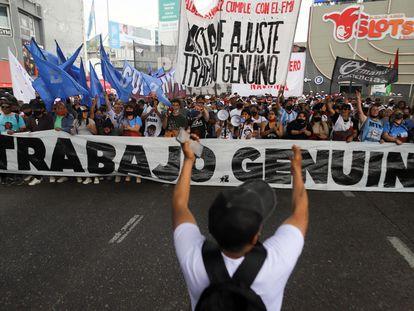 Manifestantes protestam por melhorias trabalhistas em 14 de outubro, em Buenos Aires.