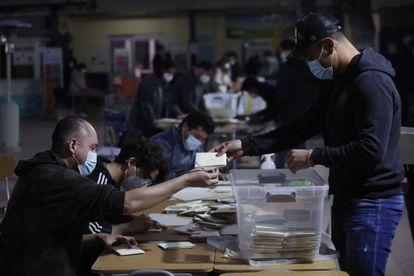 Funcionários contabilizam os votos em Santiago, neste domingo.