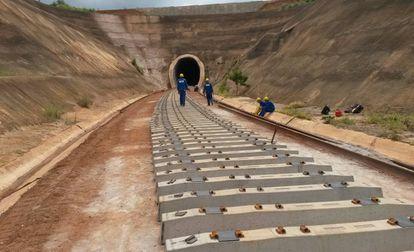 Operários trabalham em um trecho da ferrovia Norte-Sul em Santa Helena (GO)