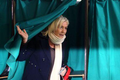 Marine Le Pen em um colégio eleitoral neste domingo.