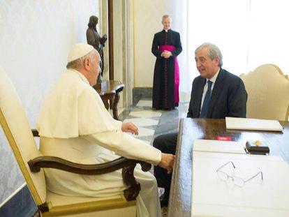 O papa Francisco conversa em abril de 2016 com Liberto Milone, então auditor gerall do Vaticano.